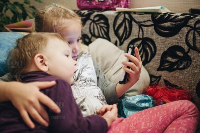 youtube-babysit-kids-digital-addicts