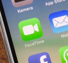 A FaceTime Bug Lets People Secretly Spy On You!